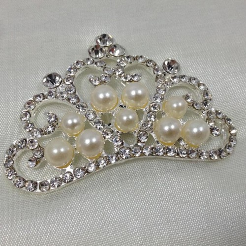 Detail picture of a pearl crown brooch
