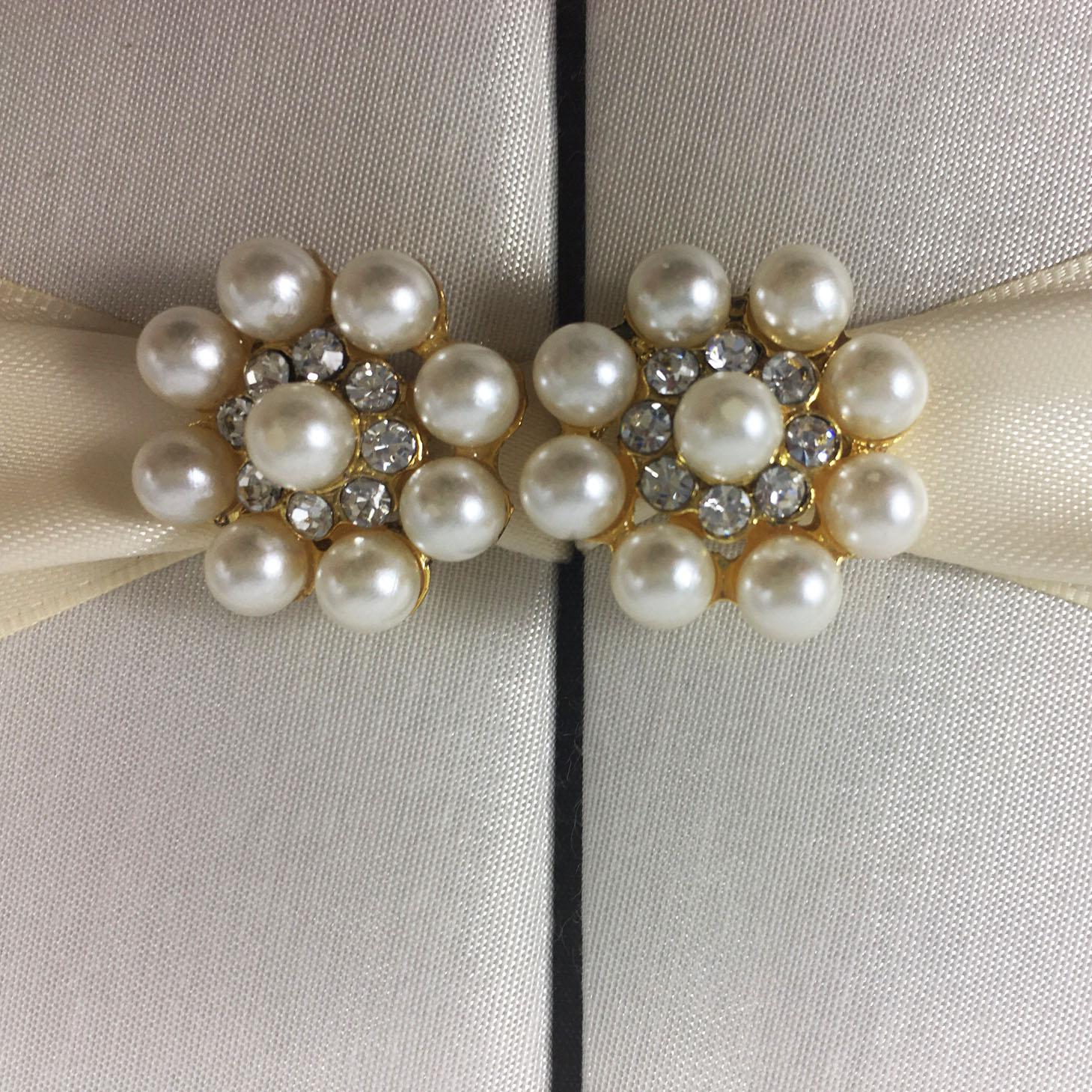 Pearl pair brooch