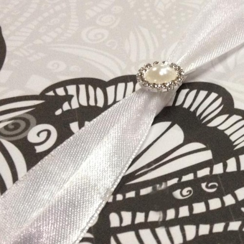 Detail picture of pearl brooch with card and silk pad
