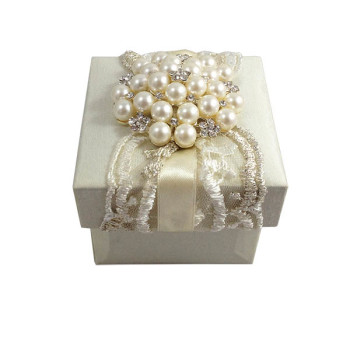 Luxury weddinf favor boxes with lace and pearl brooch