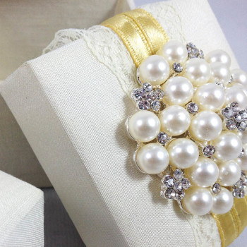 Pearl brooch embellished favor box
